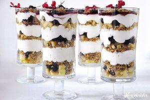 Μους γιαουρτιού με πραλίνα βρώμης και φρούτα / Blackberry, apple & yogurt parfait