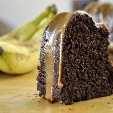 Ζουμερό σοκολατένιο κέικ μπανάνας με γλάσο καραμέλας