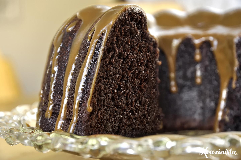 Σοκολατένιο κέικ μπανάνας με γλάσο καραμέλας / Chocolate banana cake with caramel glaze