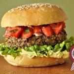 Veggie burger με σως αβοκάντο και salsa fresca