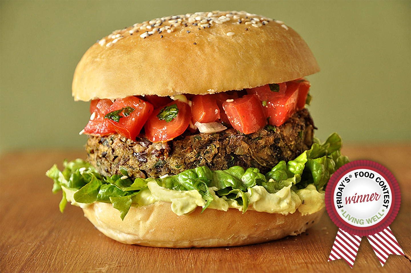 Veggie burger με σως αβοκάντο και salsa fresca / Red bean and mushroom veggie burger with avocado sauce and salsa fresca