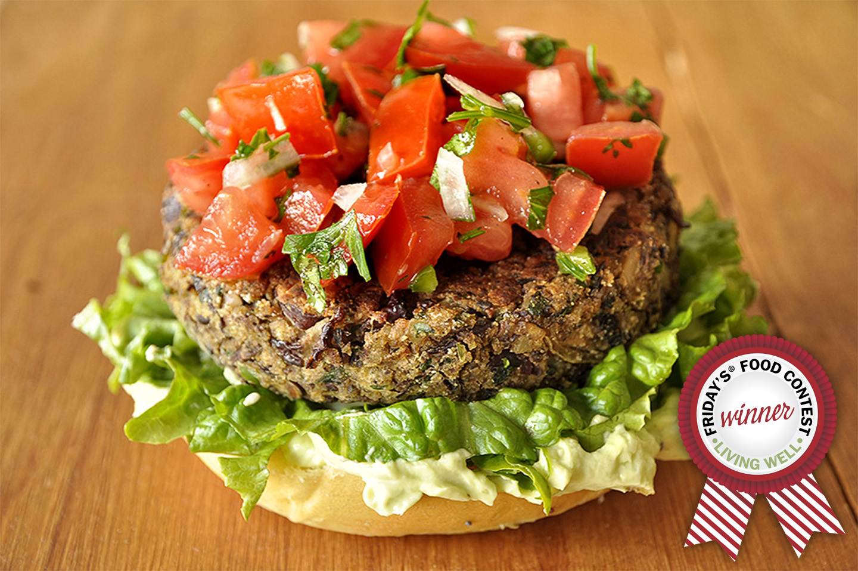Veggie burger με σως αβοκάντο και salsa fresca / Red bean and mushroom veggie burger with avocado sauce and salsa fresca