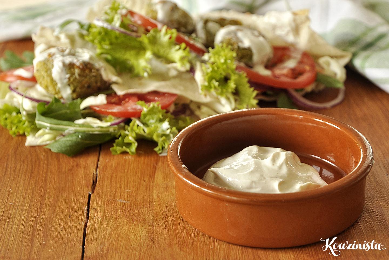 Φαλάφελ… ή αλλιώς ρεβιθοκεφτέδες με σως γιαουρτιού με ταχίνι / Falafel with yogurt-tahini sauce