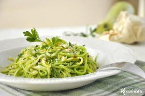 Ζεστή σαλάτα με κολοκυθάκια και σκορδόλαδο / Garlic zucchini noodles