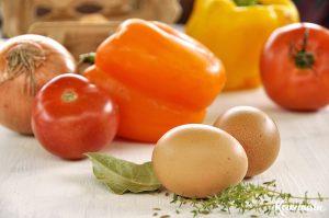 Αυγά μάτια με πολύχρωμες πιπεριές και ντομάτα / Shakshuka