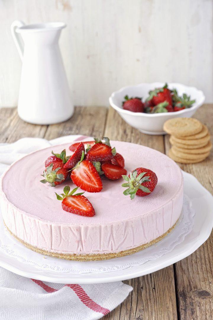 Παγωμένη τούρτα μους φράουλας με λευκή σοκολάτα