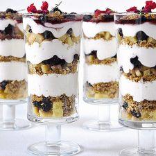Μους γιαουρτιού με πραλίνα βρώμης και φρούτα