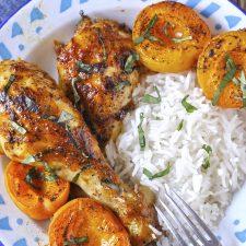 Γλασαρισμένα μπουτάκια κοτόπουλου στο φούρνο με φρέσκα βερίκοκα